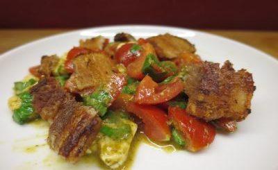 Poitrine de porc grillée en salade