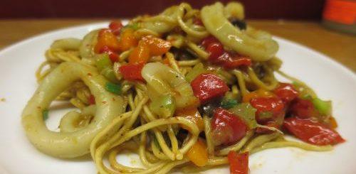 Wok de calamars aux légumes et nouilles chinoises